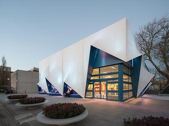 ฟาซาด (façade) หรือสิ่งตกแต่งส่วนหน้าของอาคารที่มีดีไซน์สะดุดตา ถูกติดตั้งอยู่ที่ศูนย์ประชุมสหภาพยุโรป (EU congress center) ที่เมืองอัมสเตอร์ดัม เป็นหนึ่งในตัวอย่างที่มีชื่อเสียงขอความก้าวหน้าของเทคโนโลยีการพิมพ์สามมิติ