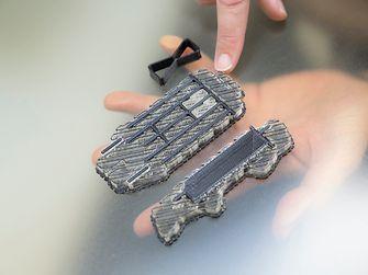โรงงาน ของเฮงเค็ลในเมืองไฮเดลเบิร์ก เยอรมนี ใช้เครื่องพิมพ์สามมิติในการพัฒนาอะไหล่ที่มีความซับซ้อนสำหรับอุตสาหกรรม ยานยนต์ระดับสากล เครื่องพิมพ์นี้สร้างอะไหล่สามมิติจากข้อมูลดีไซน์ที่เกี่ยวกับตัวถังรถยนต์ ซึ่งได้รับจากผู้ผลิตรถยนต์ชั้นนำ
