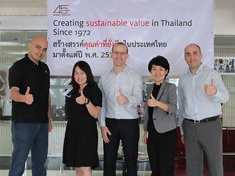 นายอีริค อีเดลแมน (กลาง) ประธาน บริษัท เฮงเค็ล (ประเทศไทย) จำกัด ถ่ายภาพร่วมกับคณะผู้บริหารบางส่วนของเฮงเค็ลประเทศไทย