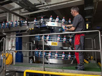 Persil-Abfüllung in Wien, Henkels größte Produktionsstätte für Flüssig-Waschmittel in Europa.