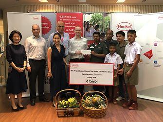 """ในภาพ นายอีริค อีเดลแมน ประธานบริษัท เฮงเค็ล (ประเทศไทย) จำกัด มอบเงินบริจาคให้แก่โรงเรียนตำรวจตระเวนชายแดน เฮงเค็ลไทย จังหวัดกาญจนบุรี เพื่อใช้ในการปรับปรุงอาคารเรียนชั้นอนุบาล โดยได้รับการสนับสนุนเงินทุนจากโครงการ """"ทำให้เกิดผลเพื่อวันพรุ่งนี้"""" หรือ """"Make an Impact on Tomorrow"""" (MIT)"""
